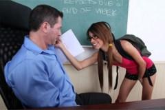Naštvaný profesor John Strong a přítulná studentka Veronica Rodriguez