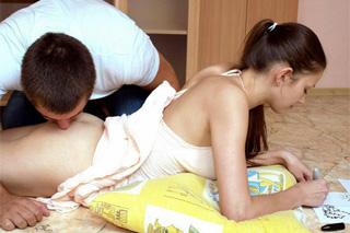 Ruský vysoškolák osouloží mladší nevlastní sestru při doučování!