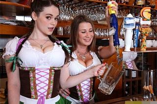Bavorský grupáček, aneb prsaté číšnice Tessa Lane a Katerine dovádí s hostem!