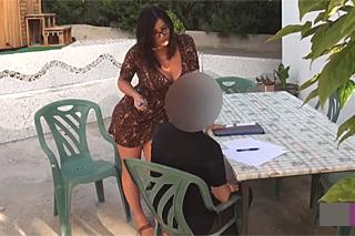 Prsatá učitelka angličtiny souloží se studentem na zahradě – skrytá kamera