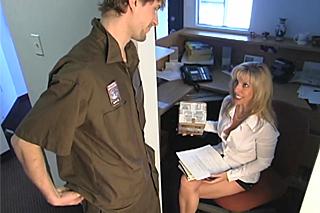 Sex na toaletě, aneb zralá manažerka Carol s mladým poslíčkem!