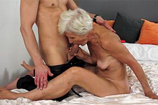 Sexuchtivá babička Vivianna si skvěle zaprcá!