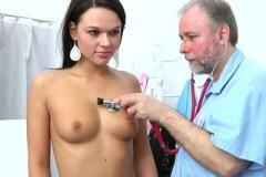 Starý gynekolog dráždí poštěváček mladé pacientky – české porno