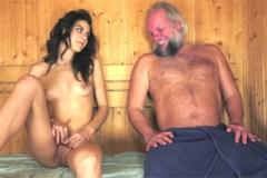 Vousatý dědek přefikne v sauně mladou studentku (Carolina Abril)