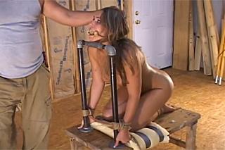 Frajer se nemazlí se svázanou dívkou – BDSM porno