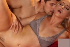 Kristof Cale něžně osouloží blonďatou Caylu Lyons v posteli