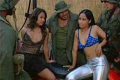 Skupina amerických vojáků a dvě asijské utěšitelky – gang bang porno