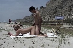 Amatérský pár šuká mezi lidmi na nuda pláži