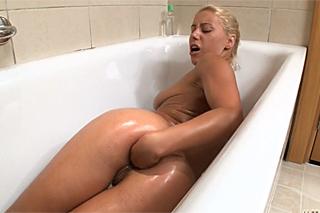 Luxusní blondýnka předvádí anální fisting ve vaně!