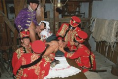 Vojenská kavalerie ošoustá šlechtičnu z kočáru (Tania Russof) – retro porno