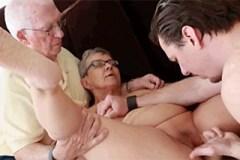 Pár důchodců šuká s mladým mužem