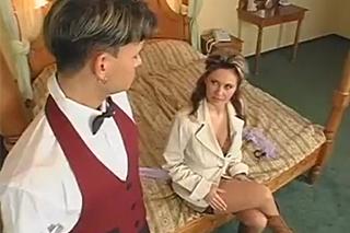 Vnadná obchodnice Constance Devil ošuká hotelového pikolíka ve vaně!