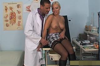 Blonďatá pacientka masturbuje a šuká v ordinaci!