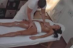 Naolejovaná brunetka zhřeší s masérem – české porno