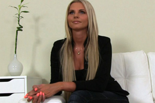 Blonďatá Mia Angel předvádí své dovednosti na porno castingu