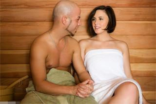 Brooke Lee Adams se zapotí s návštěvníkem fitka v sauně!