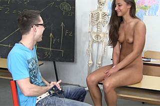 Pornokalendář DV 26.6 – Exotická studentka Adriana si po škole zašuká se spolužákem!