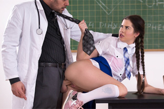 Studentka sexuálně dovádí profesorem! (Cassie Fire)