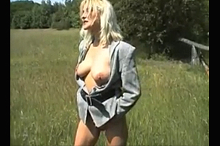 Exhibicionistická blondýna v masturbačním sóličku!