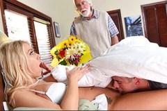 Mladík líže pod peřinou kundičku macechy Katie Morgan v přítomnosti svého otce!