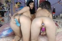 Dvě holčičky společně masturbují v pokoji!