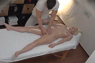 Pornokalendář DV 27.8. – Svůdný masér Otakar zasune penis do blonďaté klientky – skrytá kamera