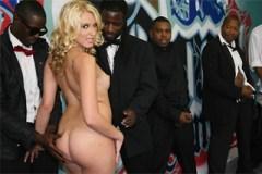 Nestydatá blondýnka Katie Summers a skupina černých hřebců – gang bang porno