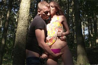 Rozvášnění manželé se oddávají erotice v lesíku! (Kira Parvati a Martin Q)