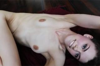 Devatenáctiletá Charlotte v domácí orgasmické show!