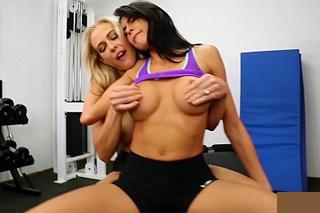 Angel Allwood a Heather Vahn: Lesbické mazlení ve fitku!