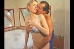 Mladý George Uhl šoustá s prsatou manželkou souseda – retro porno