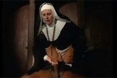 Černošský kněz svedl krásnou jeptišku přímo ve zpovědnici!