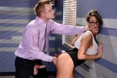 Manažerka Peta Jensen si užije zběsilý sex s podřízeným v kanceláři!