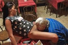 Mladá dívka svede staršího chlapa v hospodě – české porno