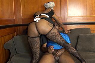 Lexi Amor: Černá uklízečka na černém penisu!