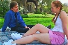 Manžel opíchá zrzavou babysitterku na zahradě (Kitty Marie)