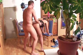 Pornokalendář DV (Hugo, 1.4.) – Skrytá kamera odhalí nevěru zralé ženy se sousedem!
