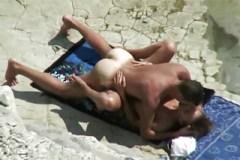 Rekreant zasune do partnerky na nudistické pláži!