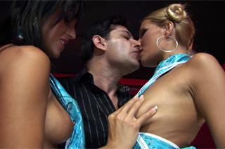 Hravé číšnice Simone Peach a Melissa Black, aneb grupáč v baru!