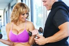 Vdaná panička vykouří osobního trenéra! (Derrick Pierce a Alyssa Lynn)