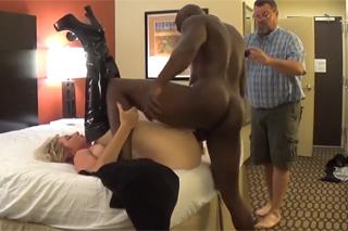 Pornokalendář DV (Tadeáš, 30.10.) – Nevěrná žena píchá s černým hřebcem