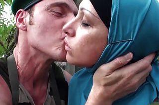 Arabská žena se postará o zraněného vojáka! (Nafila Essid)