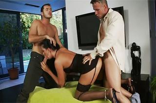 Muž se po přichycení nevěrné ženy přidá do trojky! (Larissa Dee)