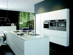 moderne Küche mit autarkem Backofen und Kochfeld