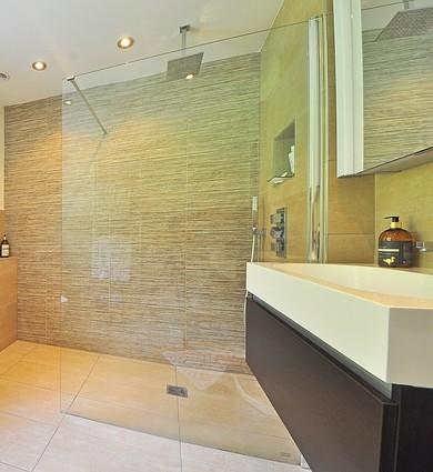 eine duschabtrennung muss aus glas sein oder vielleicht. Black Bedroom Furniture Sets. Home Design Ideas