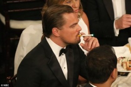 Leonardo DiCaprio dampft Ezigarette während Golden Globes Preisverleihung