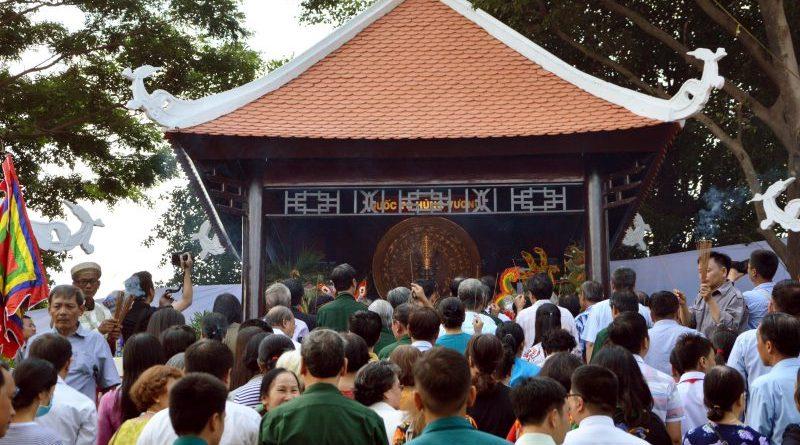 Hàng ngàn người dân thành phố đến dâng hương lần đầu tiên trước tượng vua Hùng tại Đầm Sen 2019