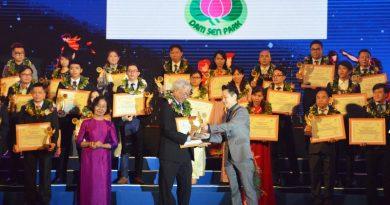 Ông Dư Hữu Danh (Giám đốc CVVH Đầm Sen) nhận giải thưởng du lịch 2018