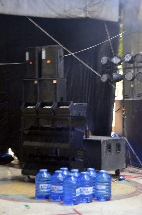 Các thiết bị âm thanh, ánh sáng, máy tạo bong vóng, và cả nước sạch để pha dung dịch