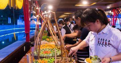 Thực khách chọn món tại Buffet Đầm Sen